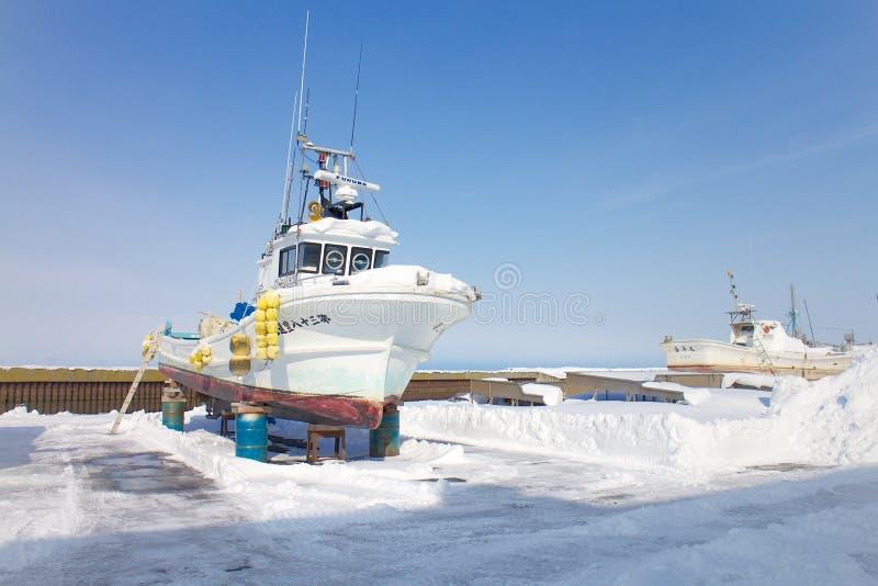 Het schip wordt aangelegd bij de haven van Hokkaido, Japan in de winter stock foto's