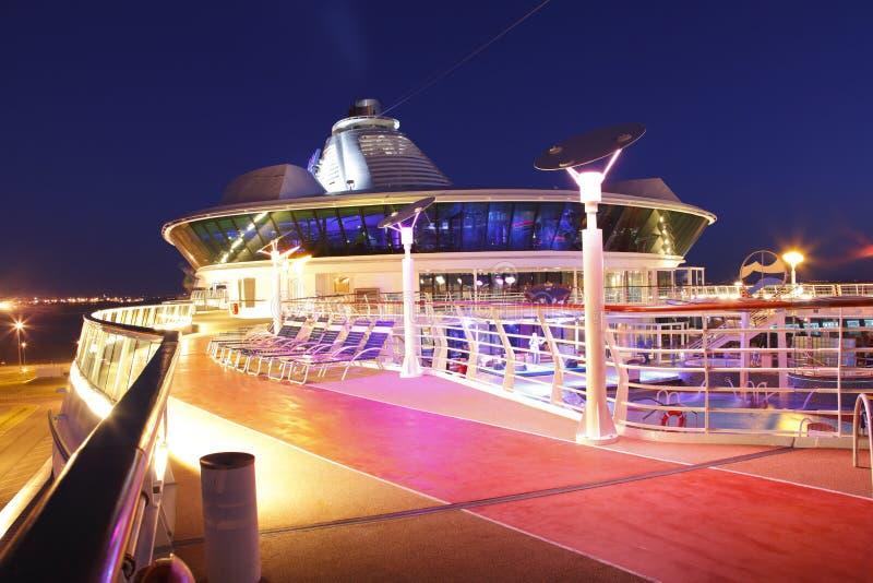 Het schipdek van de cruise bij nacht stock foto's