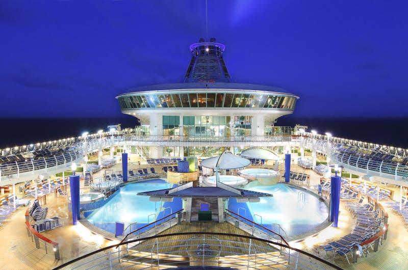 Het schipdek van de cruise bij nacht stock afbeelding