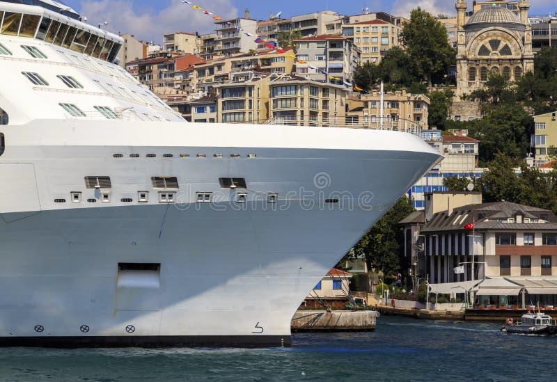 Het schipkant van de cruiselijn met klein schip royalty-vrije stock foto's