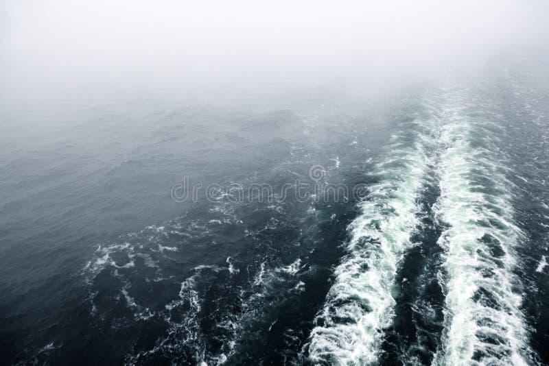 Het schipkielzog of sleep van de cruise op oceaanoppervlakte stock afbeeldingen