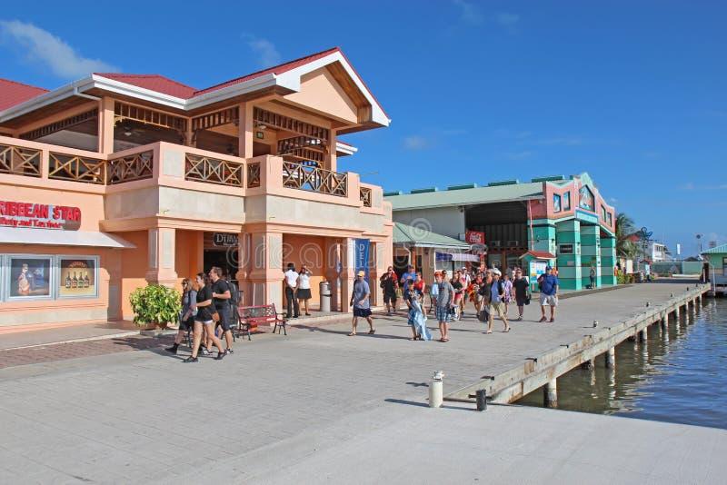 Het schippassagiers die van de cruise in de Stad van Belize winkelen