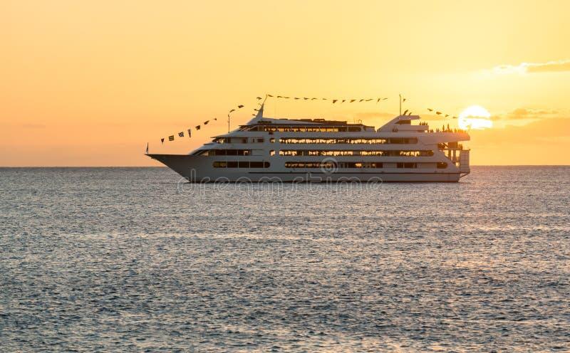 Het schipzeilen van de cruise aan het plaatsen van zon stock fotografie
