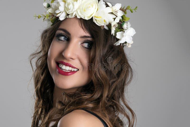 Het schitterende jonge schoonheid model kijken terug over schouder het glimlachen stock afbeelding