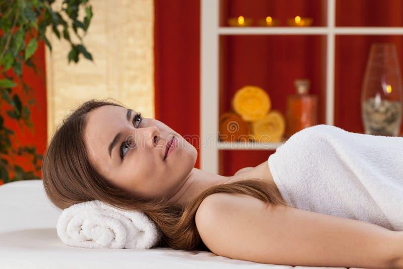 Het schitterende meisje ontspannen bij kuuroord stock afbeelding