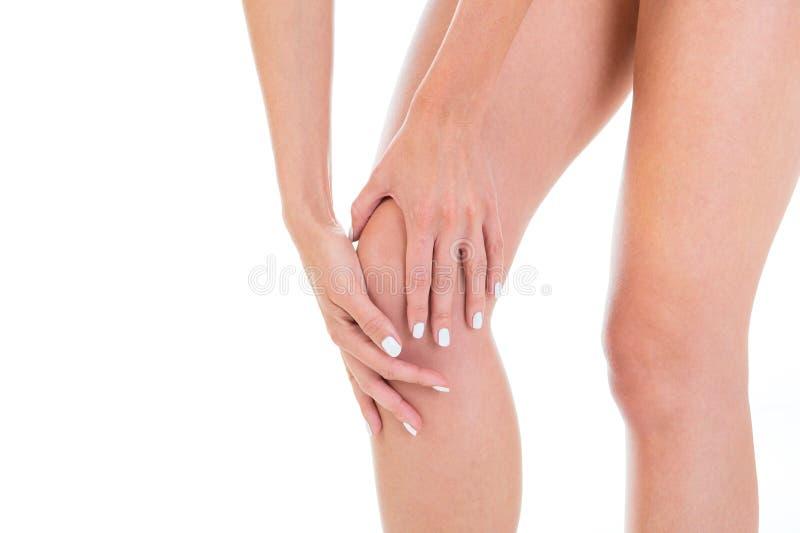 Het schitterende meisjesmodel toont haar knie aan Close-up van mooi stock afbeelding