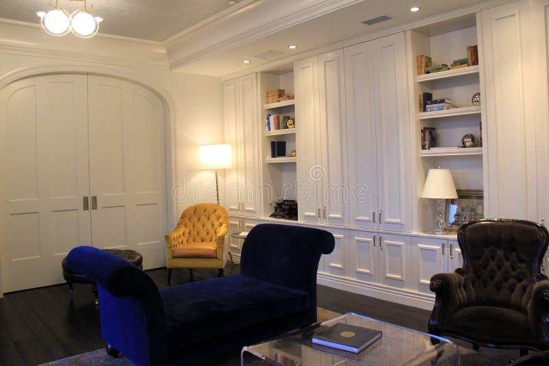 Het schitterende meubilair en andere die knick-knacks rond bibliotheek, het Adelphi-Hotel, Saratoga wordt geplaatst springen, New stock foto's