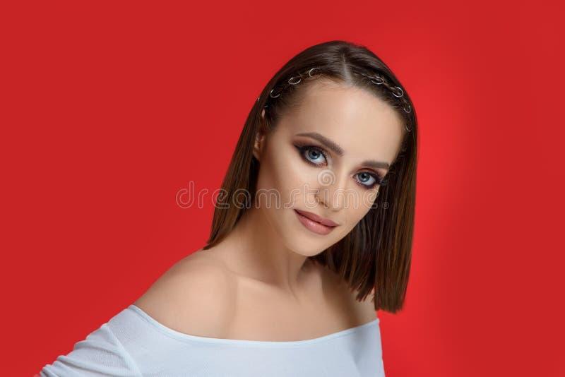 Het schitterende model met perfect maakt omhoog het stellen in studio stock foto's