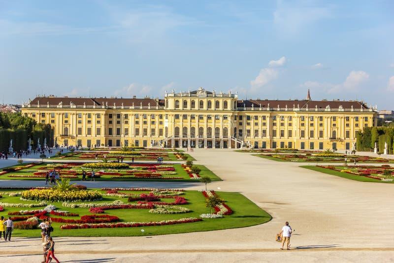 Het Schonbrunnpaleis en het is beroemd parklandschap stock afbeelding