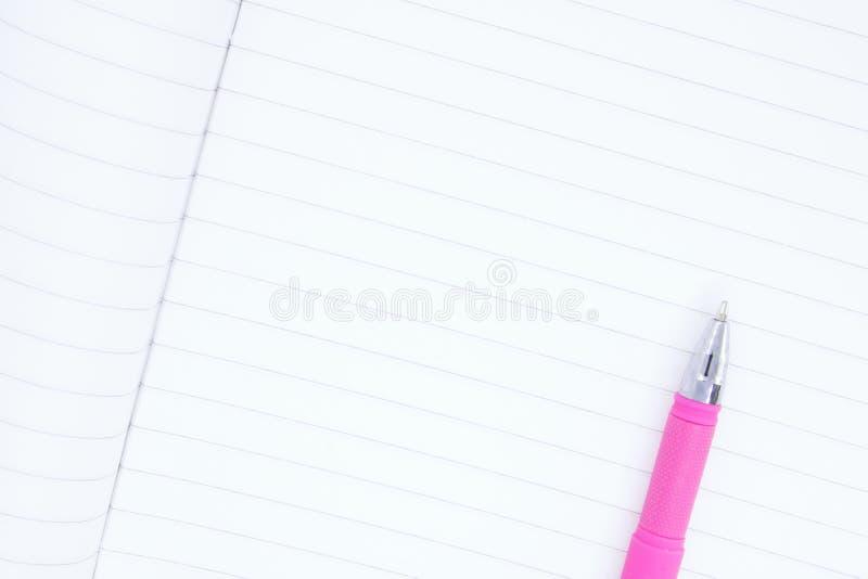 Het schone blad van notitieboekje dichte omhooggaand, ballpointen omhoog leugen op een notitieboekjeblad sluit, plaatst voor teks stock foto