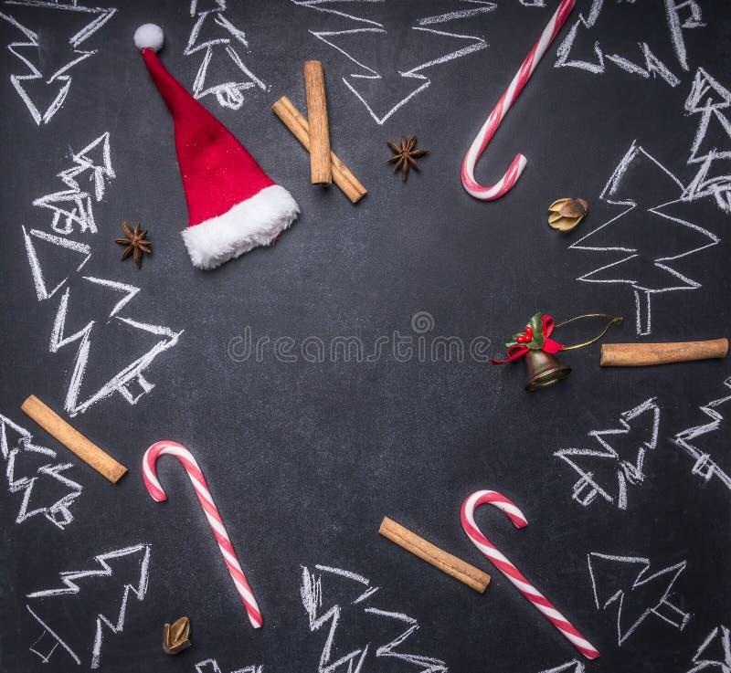 Het schoolbord met geschilderde Kerstmisdecoratie, Kerstbomen, suikergoed, koppen, ingrediënten voor overwogen wijn, betegelde ka vector illustratie