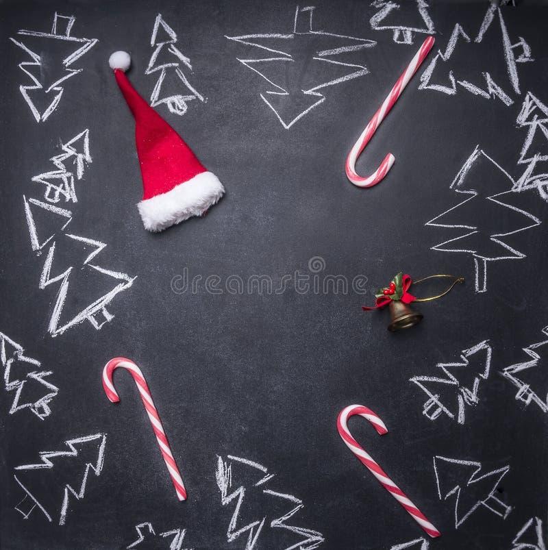 het schoolbord schilderde Kerstmisdecoratie, Kerstbomen, suikergoed, koppen en ingrediënten voor overwogen wijn, betegeld kader,  vector illustratie