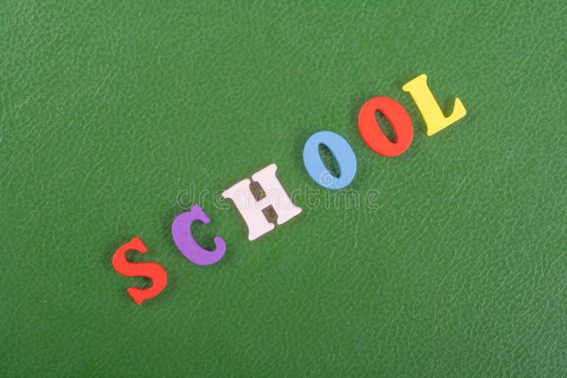 Het SCHOOLwoord op groene achtergrond stelde van kleurrijke het blok houten brieven van het abcalfabet samen, exemplaarruimte voo stock foto