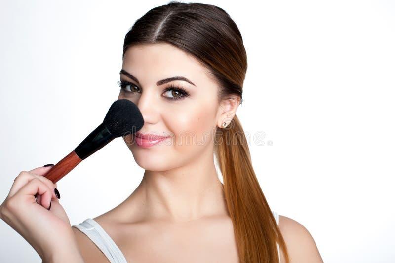 Het schoonheidsmeisje maakt omhoog kunstenaar met Make-upborstel De heldere Vakantie maakt Donkerbruine Vrouw met Bruine Ogen goe royalty-vrije stock afbeelding