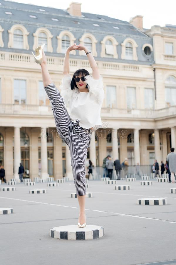 Het schoonheidsmeisje met glamour kijkt Sensuele vrouw met donkerbruin haar De vrouw stelt op hoge hielschoenen in Parijs, Frankr stock afbeeldingen