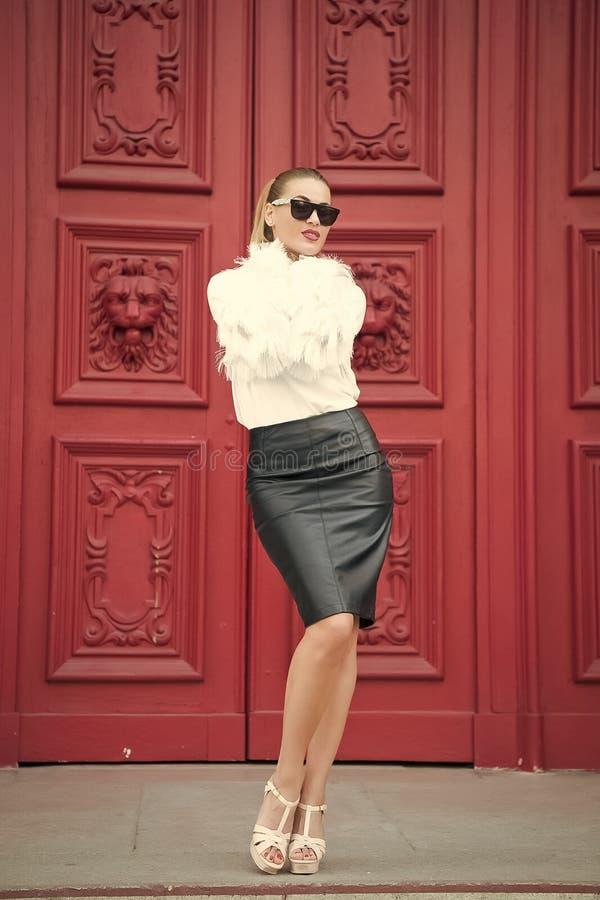 Het schoonheidsmeisje met glamour kijkt Vrouw in hoge hielschoenen op rode deur in Parijs, Frankrijk Sexy vrouw in zonnebril met  stock foto's