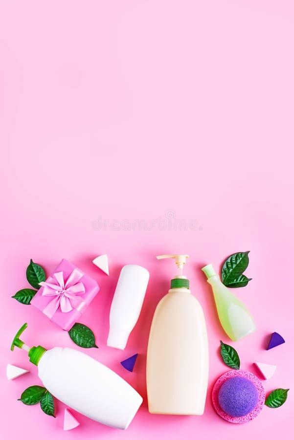 Het schoonheidsmiddel die de plastic van de de roomdouche van de flessenshampoo van de het gelmelk groene bladeren verpakken spon stock foto