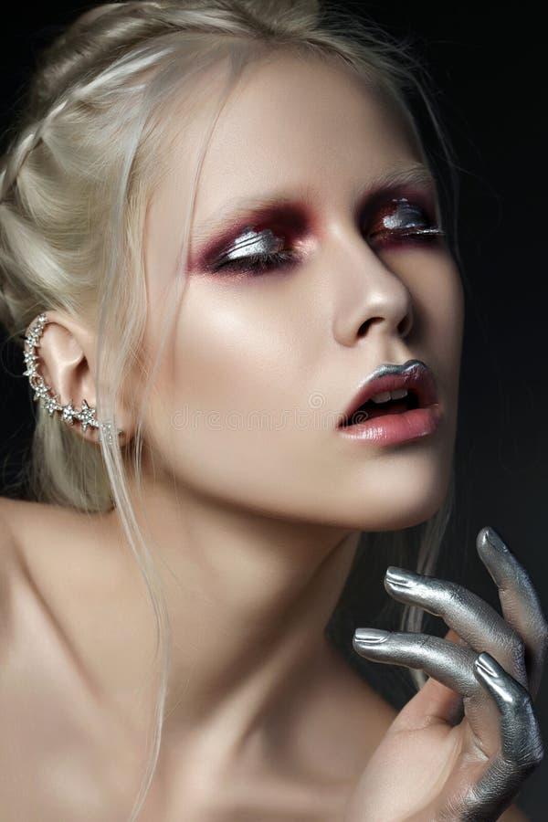 Het schoonheidsportret van jonge mooie vrouw met manier maakt omhoog stock afbeeldingen