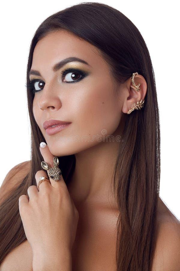 Het schoonheidsportret van naakte vrij donkerbruine vrouw met lang haar, het gelijk maken maakt omhoog, lange wimpers Wijfje wat  stock afbeeldingen