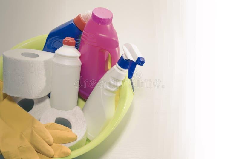 Het schoonmaken en reparatieproducten, huishoudenchemische producten, rubberhandschoenen, groen bassin voor het schoonmaken van d royalty-vrije stock afbeeldingen