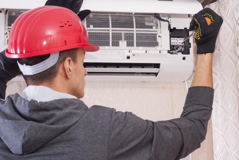 Het schoonmaken en reparaties de airconditioner stock afbeelding