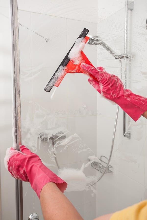 Het schoonmaken met een vensterblad stock afbeeldingen