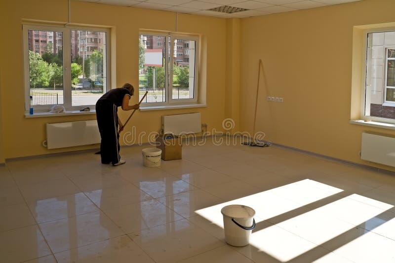 Het schoonmaken in nieuw bureaugebouw stock foto