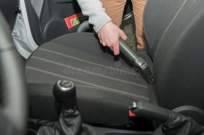 Het schoonmaken van het binnenland van de auto met vacuüm stock foto's