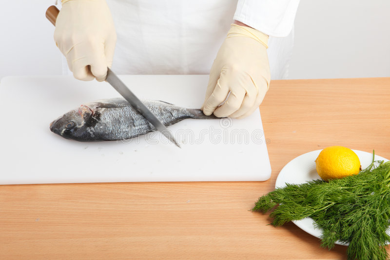 Het schoonmaken van de chef-kok vissen royalty-vrije stock foto's