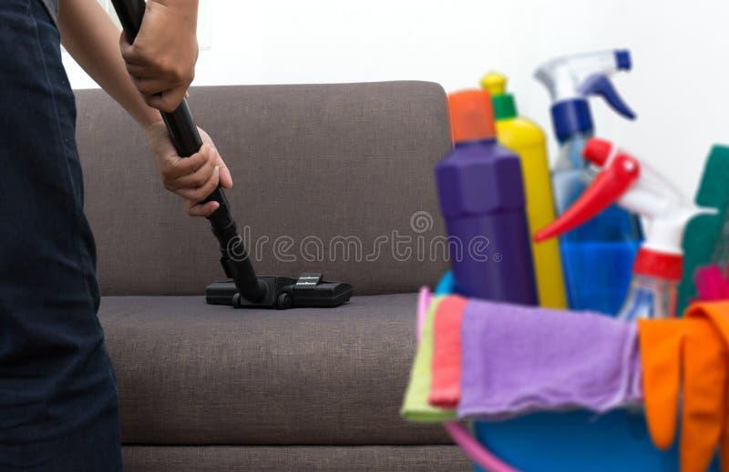 Het schoonmaken van de schoonmakende vloer van de de dienstmens met machine op tapijt aan w stock afbeeldingen