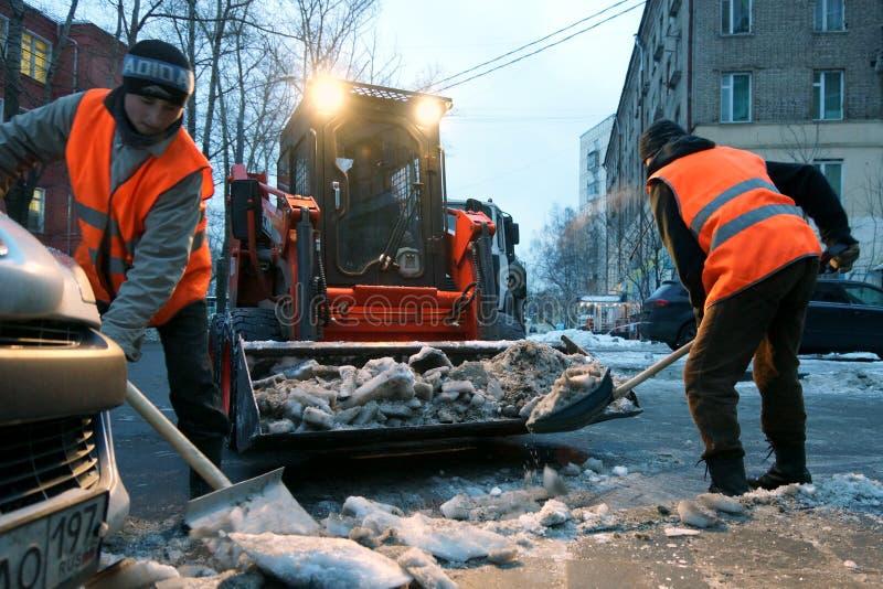 Het schoonmaken van de sneeuw royalty-vrije stock afbeeldingen