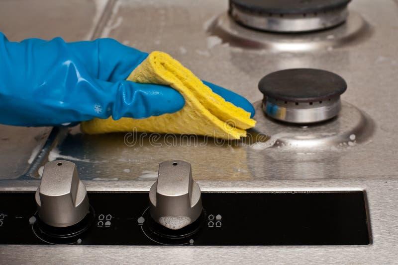 Het schoonmaken van een keuken stock fotografie