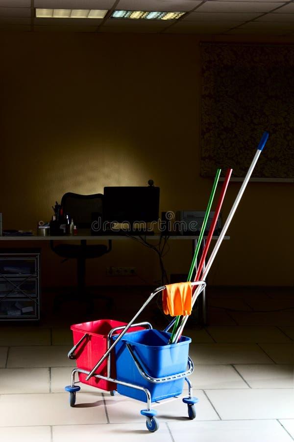 Het schoonmaken van het bureau stock fotografie