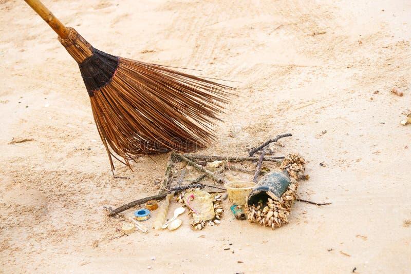 Het schoonmaken van huisvuil op het strand royalty-vrije stock foto's