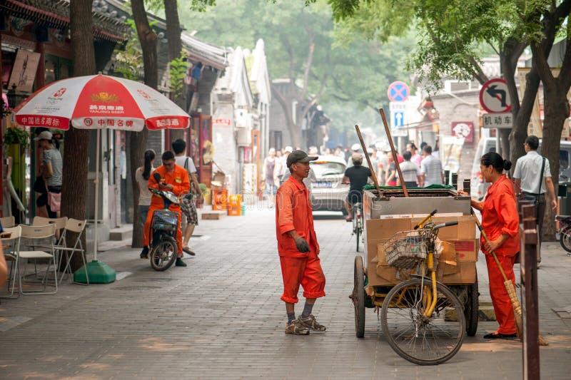 Het schoonmaken van Hutongs van Peking stock afbeeldingen