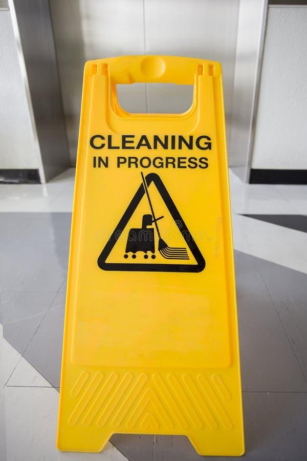 Het schoonmaken van lopend voorzichtigheidsteken in bureau royalty-vrije stock fotografie