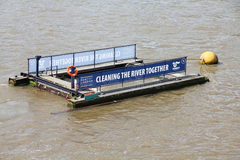 Het schoonmaken van riviertheems royalty-vrije stock afbeeldingen