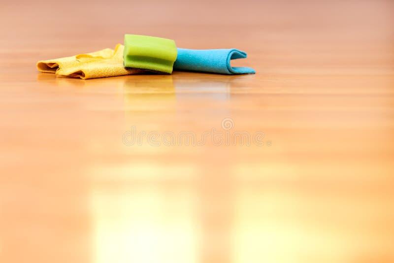 Het schoonmakende materiaal zoals vodden of spons ligt op de vloer stock afbeeldingen