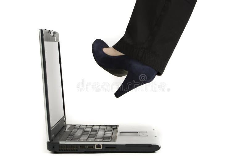 Het schoppen van laptop stock afbeelding
