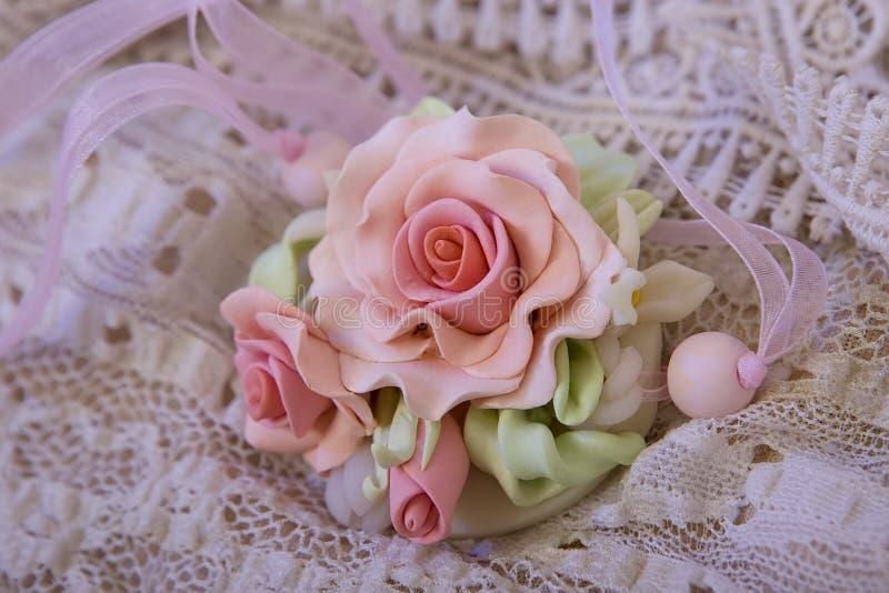 Het schot van de manierstudio van een bloemen roze die halsband (juwelen worden gemaakt van royalty-vrije stock afbeeldingen
