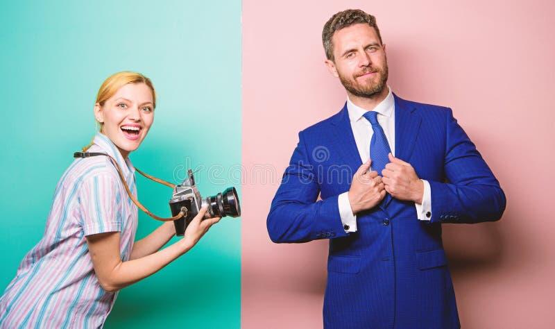 Het schot van Nice Bekendheid en succes De zakenman geniet ster van ogenblik Fotograaf die foto succesvolle zakenman nemen Papara royalty-vrije stock foto's