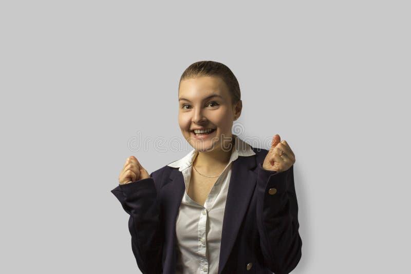 Het schot van het portret jonge mooie bedrijfsvrouw met kort terug gekamd haar, dragend een jasje stock fotografie