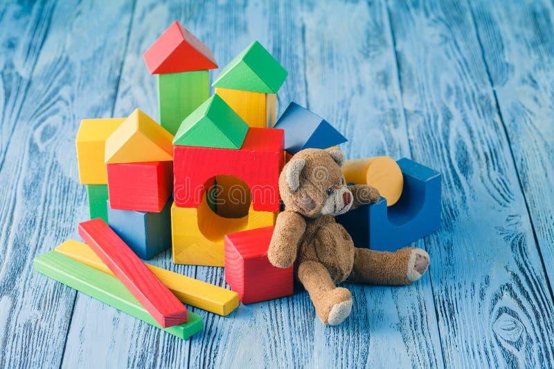 Het schot van stapel van diverse houten blokken en het stuk speelgoed dragen royalty-vrije stock foto's