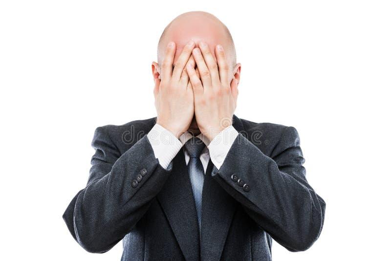 Het schreeuwen vermoeide of beklemtoonde zakenman in het verbergende gezicht van de depressiehand stock foto's
