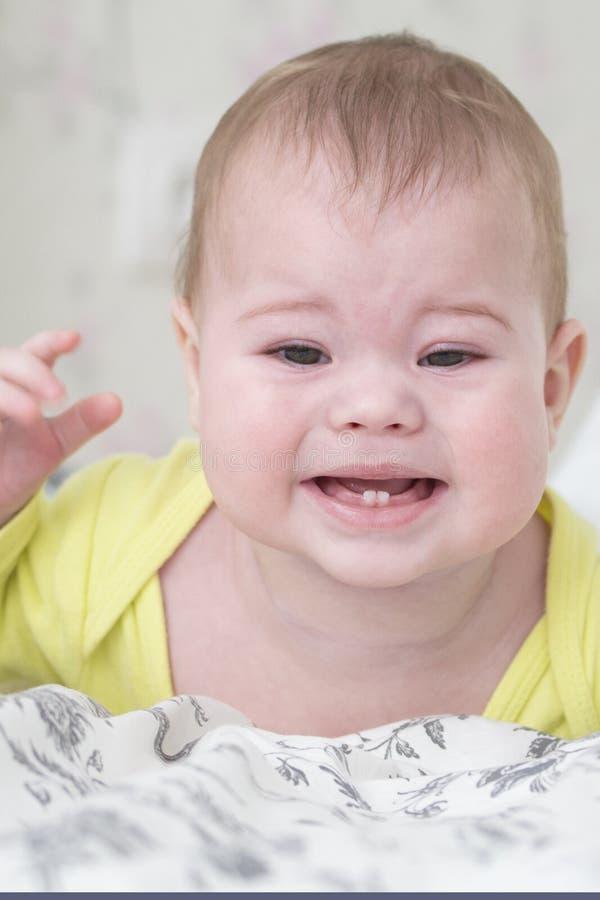 Het schreeuwende tandjes krijgen van het babymeisje Baby wegens tandpijn wordt verstoord die Portret van het close-up zachte nadr royalty-vrije stock afbeeldingen