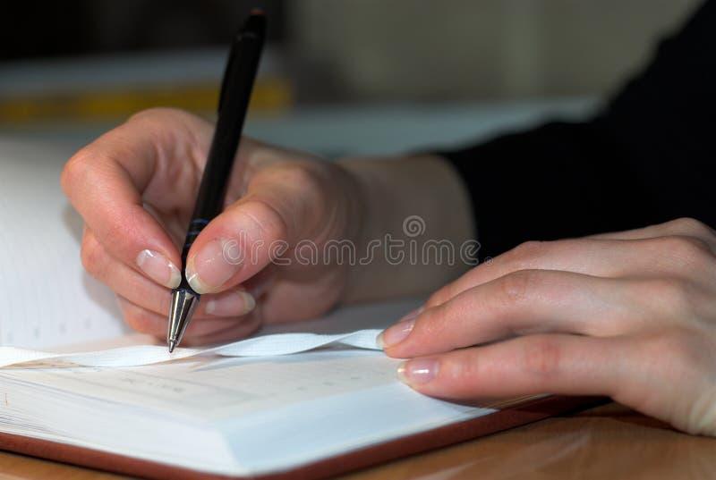 Het schrijven in agenda stock afbeeldingen