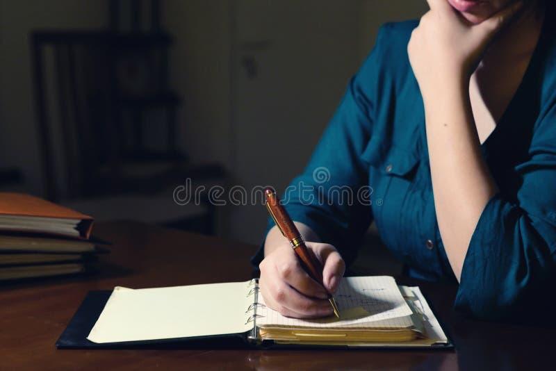 Het schrijven in blocnote stock afbeelding