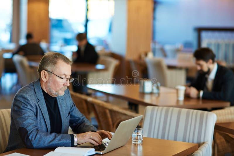Het schrijven E-mail aan Partner stock foto
