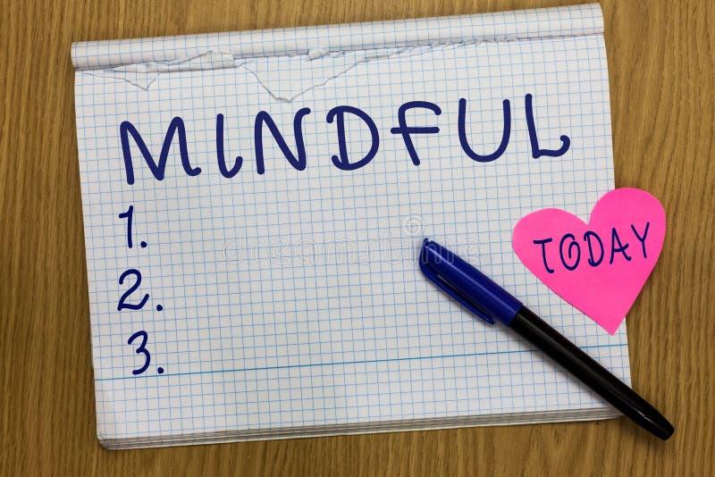 Het schrijven nota Bedachtzaam tonen De bedrijfsfoto die Bewuste Bewust van iets demonstreren neigde Bereid om Meditatie te doen stock foto