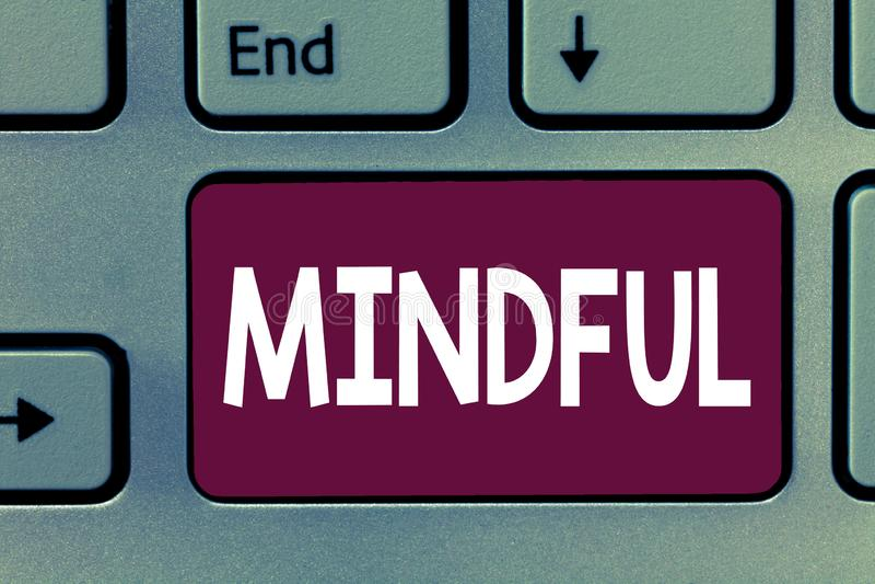 Het schrijven nota Bedachtzaam tonen De bedrijfsfoto die Bewuste Bewust van iets demonstreren neigde Bereid om Meditatie te doen stock afbeeldingen